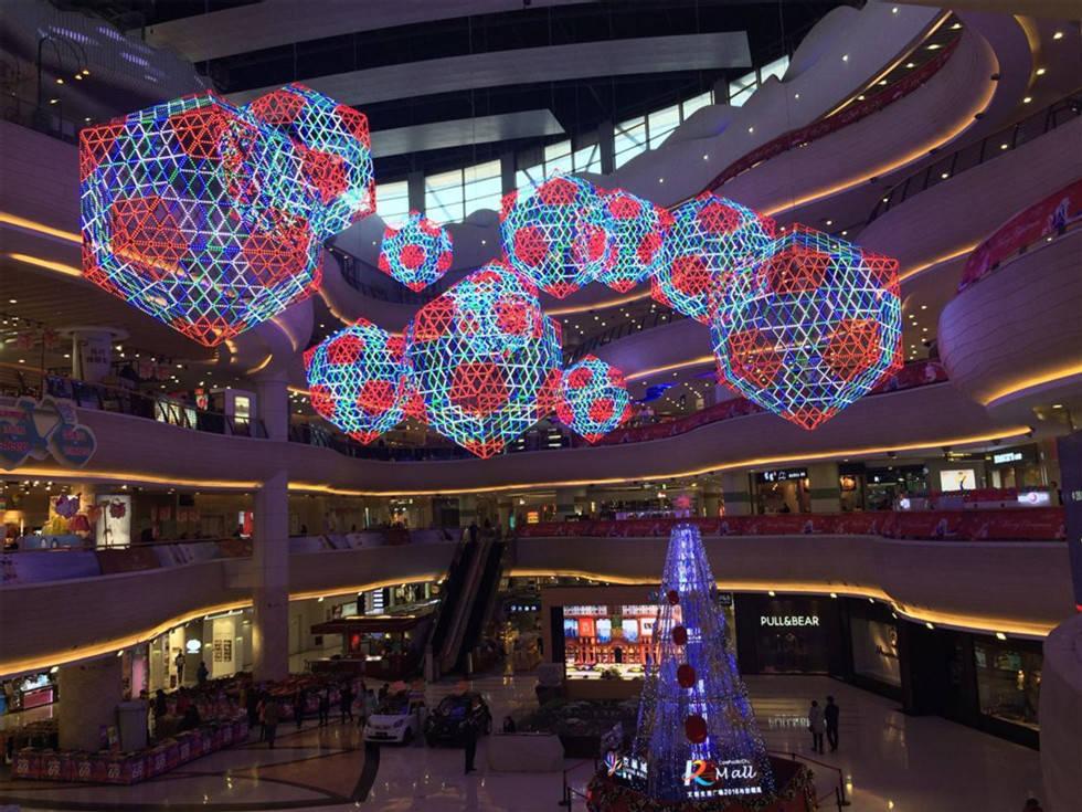 """消费者更愿意回归商场购物.""""网上购物体验不到圣诞节的气氛,我"""