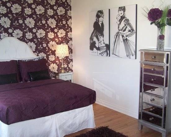 卧室里延续了大气优雅的紫色元素,背景墙以摩登女郎的素描图为装
