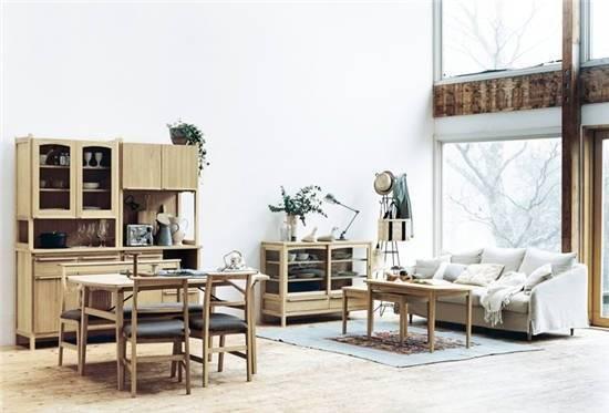 :纯白的空间里搭配原木家具和布艺沙发,造就了一个舒适悠闲的
