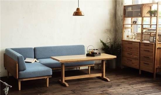 纯白的空间里搭配原木家具和布艺沙发,造就了一个舒适悠闲的生活