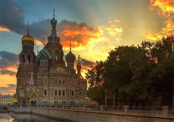 个国家的首都.富丽堂皇的教堂、水平如镜的湖泊,街道两旁林立的图片