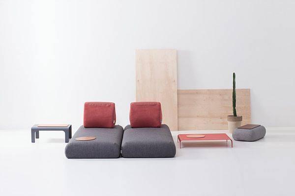 没有传统沙发的靠背和框架,只有大小几个手工缝制的沙发垫和靠垫.
