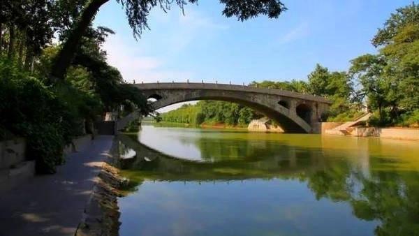 赵州桥的雕刻艺术,包括栏板、望柱和锁口石等,其上狮象龙兽形