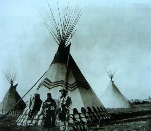 圆锥形帐篷,顶端木棍呈放射状刺入天空.居住于美国北部大平原的
