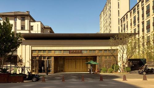 亦庄金茂府实楼区单元门的设计,融入了新中式建筑文化元素,采用暗色图片