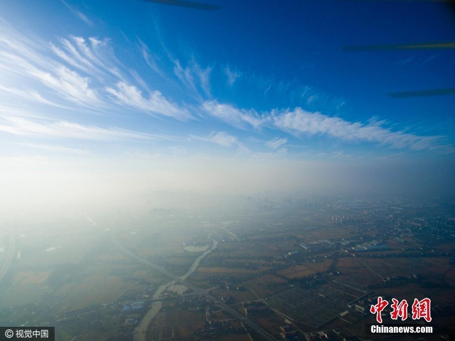 """无人机500米高空航拍 雾霾与蓝天""""泾渭分明"""""""