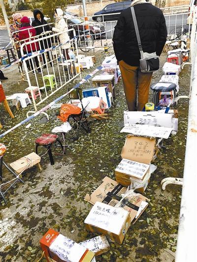 昌平霍营派出所外 数百居民排队领居住证预约号