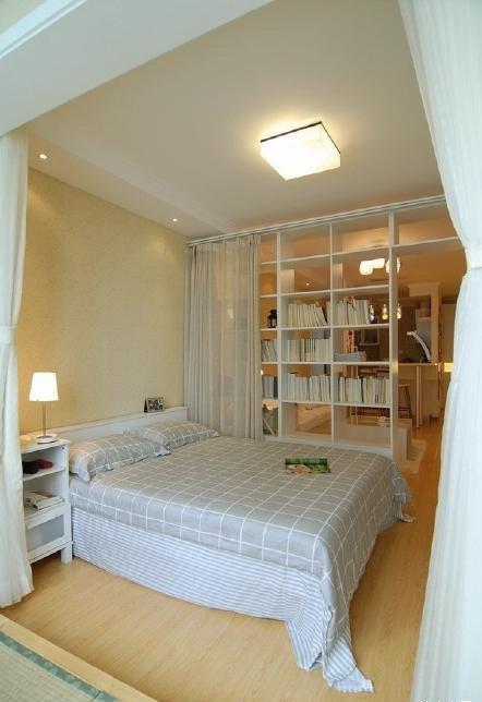 馨感.与客厅的隔断书架之间有一道窗帘,起到了保护隐私的作用.-