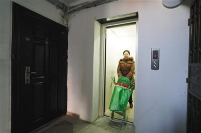 """北京一老旧楼房装""""公交电梯"""" 刷卡乘坐两角一次"""