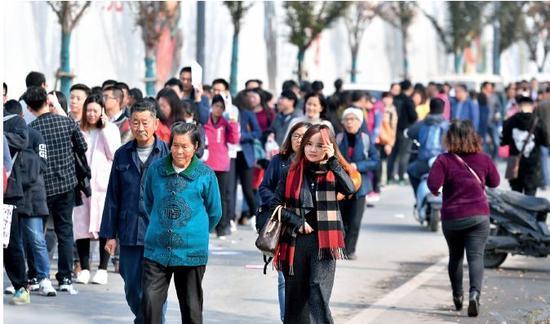 2017年11月15日,江苏省南京市河西10家楼盘进行开售登记,吸引了大量购房者前往排队。图/视觉中国