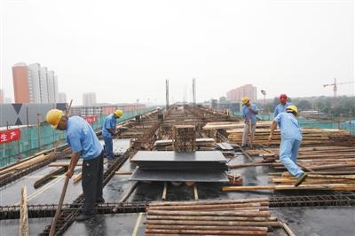燕房线两站主体封顶 明年底通车