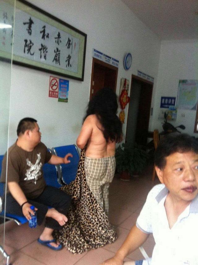 网曝一女子洗澡时被当街拖出 房子遭强拆