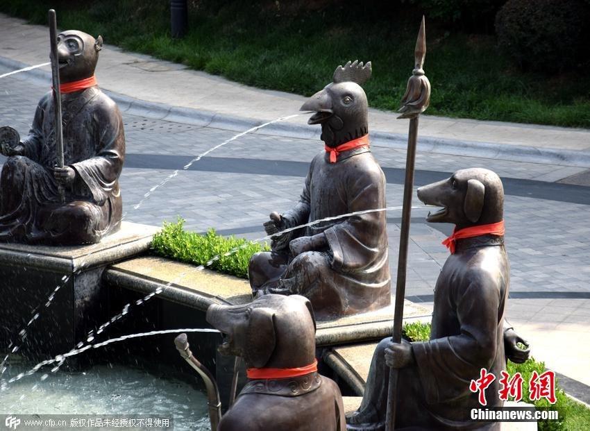 一豪宅门口重建十二生肖兽首铜像喷泉