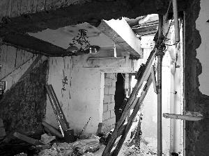 楼上开天窗 楼下全遭殃 供暖管道破损影响整楼居民