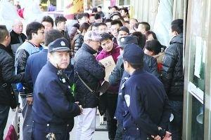 北京买房人抢过户:半夜3点排队算晚的