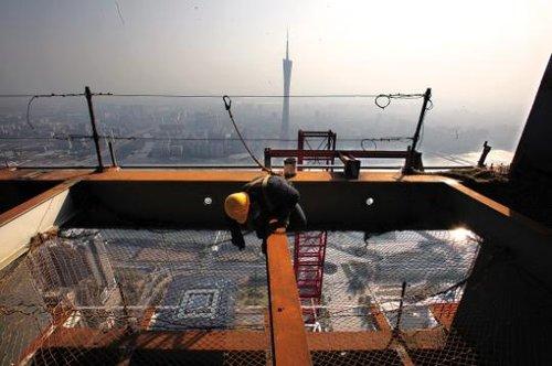 广州东塔突破400米 与西塔