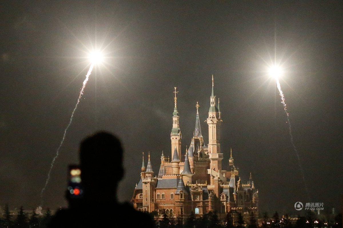 上海迪士尼乐园进行首次烟花试放 照亮城堡