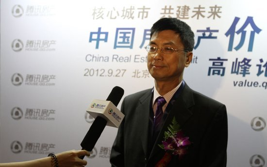 图文:广东省房地产协会会长蔡穗声接受采访