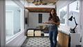 美DIY博主玩转7.3米长房车 打造4人居住空间