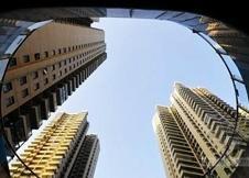 """昨天起,央行再次下调金融机构人民币贷款和存款基准利率,较上一次调整仅隔59天。购房者房贷压力减轻,和去年11月前相比,如今200万元商业房贷分30年还总共可以少还42.1万元。此次降准降息政策正好赶上8月楼市的翘尾行情之上,""""金九银十""""更是蓄势待发。在此背景下,目前一些二手房置换热点区域,已出现房东故意跳价惜售,备战""""金九银十""""的情况。"""