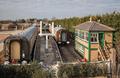 英国一火车迷耗巨资在自家后花园打造古典火车站