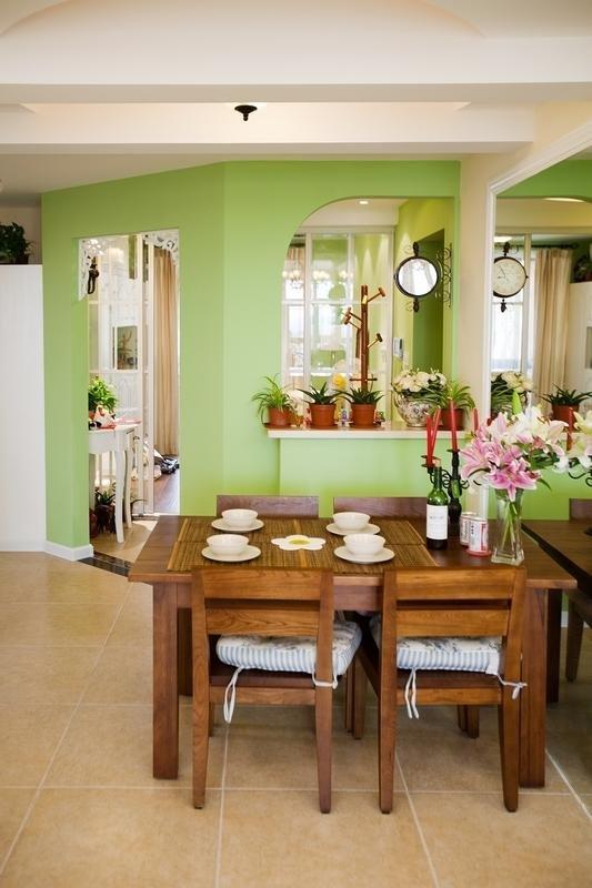 色调基础,搭配布艺沙发与木质家具,布置简单却有着十足的生活气图片