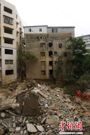 夫妇深夜发现楼房开裂喊出所有人 半小时后坍塌