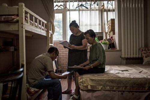 """李君和女儿一家三口人租住在一间不足60平的小房里。李君拿出当初参加 """"投资"""" 的合同。而手中的所谓合同,只不过是一份借条,没有任何其他相关材料。老人和 """"投资人"""" 在公证处签署的具有法律效力的文书,签署之后她就再没拿到过"""