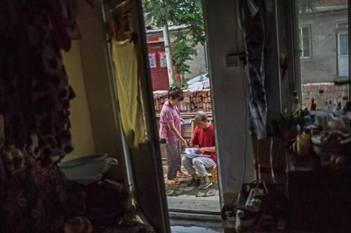 曾仪和老伴罗荣 (化名) 在2016年底从家中被赶出,通过朋友帮忙,租住在北京郊区农村一间不足十平米的小屋。自遭房产骗局之后,罗荣开始关注与自己遭遇相关的新闻事件