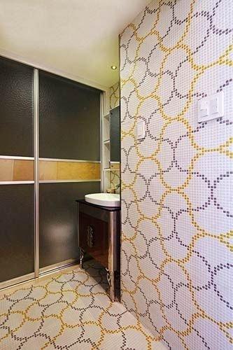 卫生间的设计是其中很独特的地方,采用了马赛克形式的瓷砖,打破了