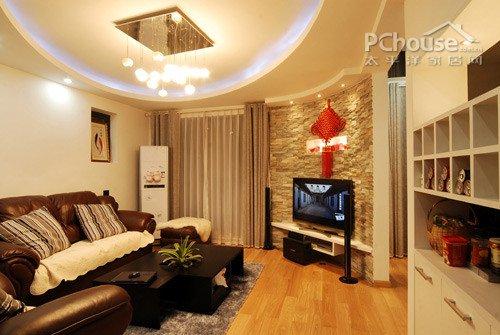 客厅椭圆形的流转空间,大面积的石材,凹凸线条的电视背景运用颇具