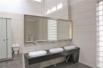 改造后的公厕内部干净整洁.