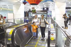 50余名市民代表体验地铁10号线 锦江宾馆到机场5元