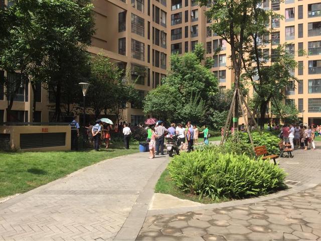 成都女童十楼家中坠下 暑期儿童安全引关注