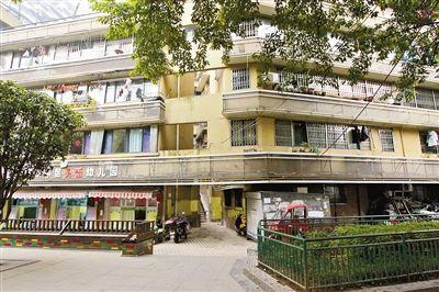 """重庆24层""""网红楼""""没电梯 3个出口通往3条街"""
