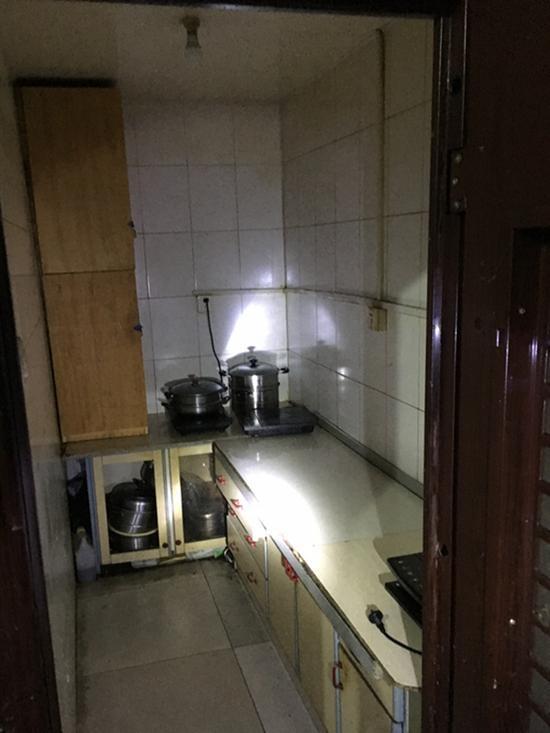某高档小区防空洞改群租房 至少400人居住