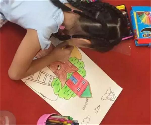 每一幅绘画作品都蕴涵了她们的七彩梦想和对未来绿色家园的畅想.-