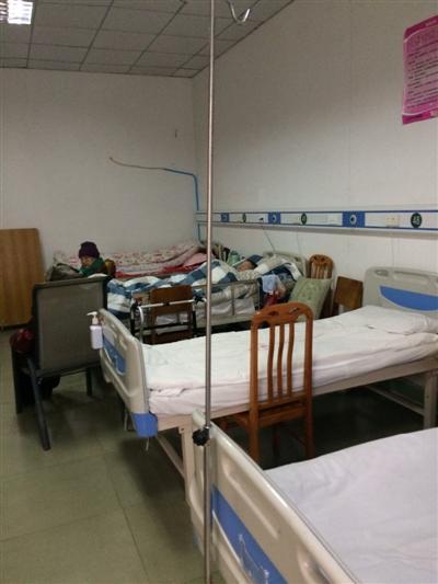成都一家医院偷办养老院 一间病房挤了七张床
