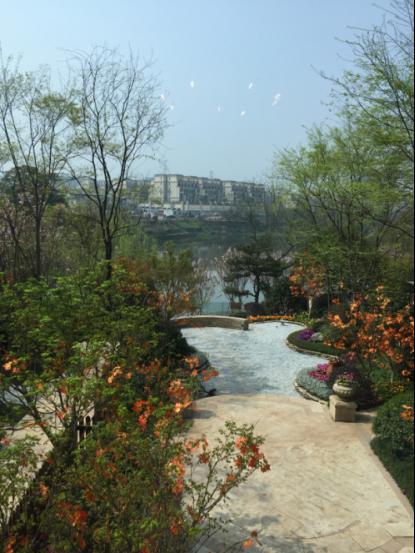 【看房记】住在湖心公园里一生一墅 探访轻轨旁0.86低密别墅恒大麓山湖