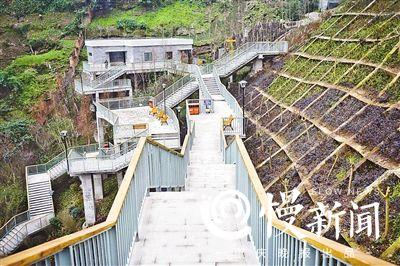 重庆被称为3D魔幻城市 你见过挂在崖壁上的公园?