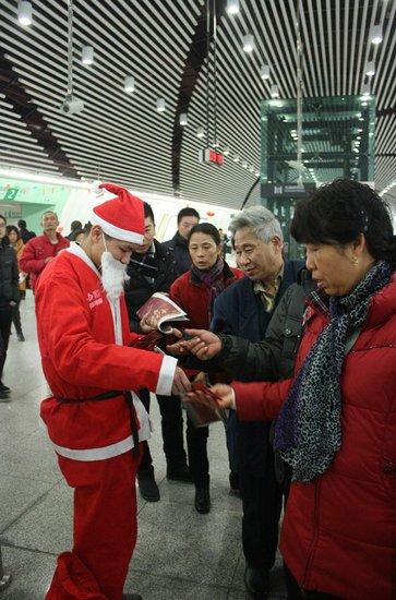 中庚城圣诞老人派发糖果轰动全城