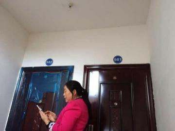 相邻两个门牌号贴反了,杨先生的新房被邻居装修入住。