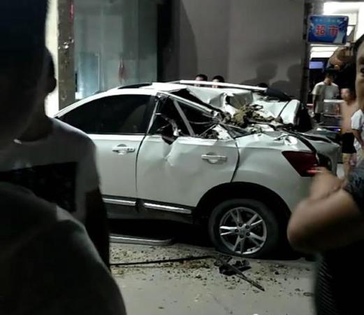 和物业发生纠纷拿车堵住小区大门 被铲车砸稀烂