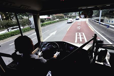 重庆首条公交优先道启用 19日后违规驶入罚200元