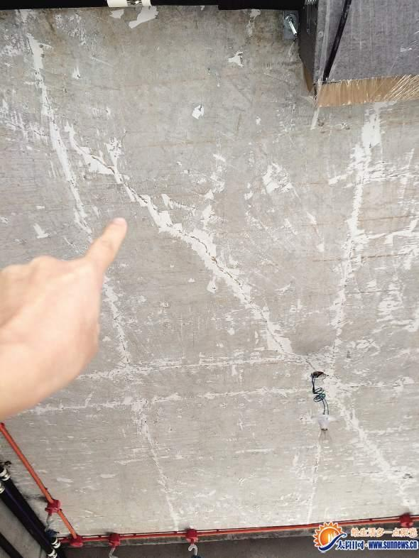 新房还没住楼板已开裂 开发商称房子没有质量问题