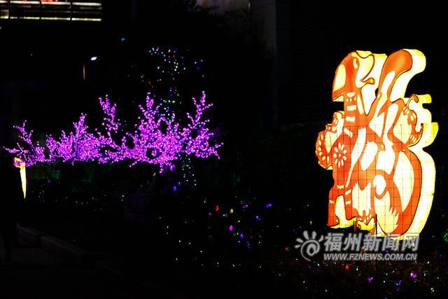 动物形状的花灯告诉人们狗年的到来.