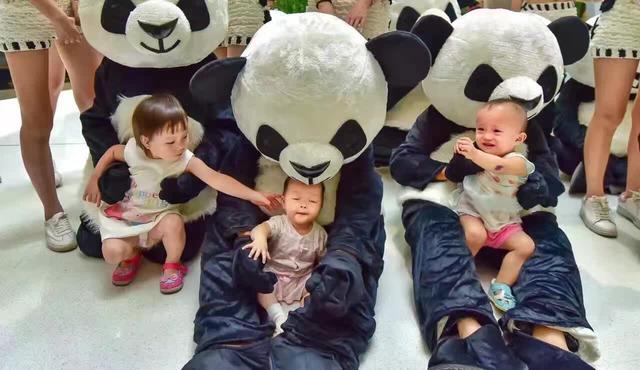 大熊猫,小朋友们发挥着自己天马行空的思维创意作画