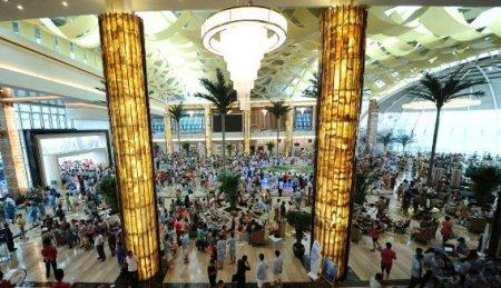 富丽堂皇的酒店内人潮如织-沙滩运动也疯狂 十里金滩将是谁的主场图片