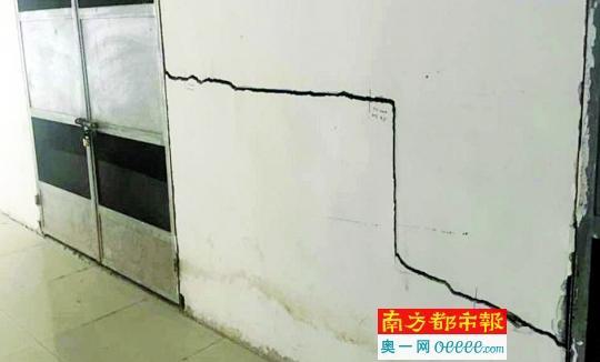 黄埔区南岗新城墙裂地陷 商户疑与地铁施工有关