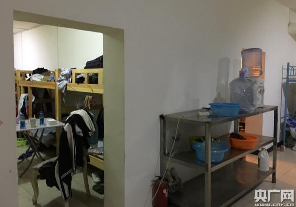 高档小区地下防空洞改群租房 至少400人居住